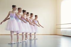 Danse chorégraphiée par le groupe de jeunes ballerines photos libres de droits