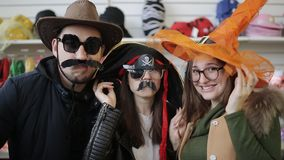 Danse d'amis regardant la caméra dans un supermarché de Noël de chapeau de carnaval clips vidéos
