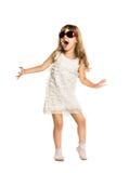 Danse d'amusement de petite fille dans les verres Image stock
