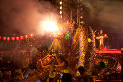 Danse d'or de dragon pendant la nouvelle année chinoise. Images stock