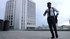 Danse d'entrepreneur après le chant de la grande affaire banque de vidéos