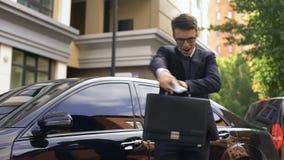 Danse d'homme d'affaires, jeune employé de bureau obtenant la promotion, parlant au téléphone banque de vidéos