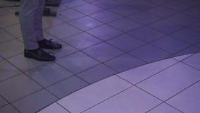 Danse d'homme avec ses pieds dans une disco banque de vidéos