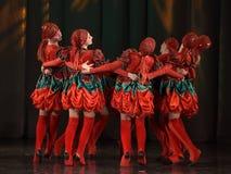 Danse dans des costumes folkloriques Image stock