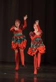 Danse dans des costumes folkloriques Images libres de droits