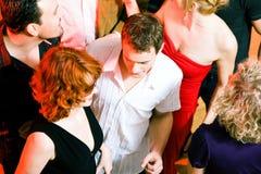 Danse dans la disco Photographie stock libre de droits