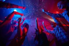 Danse dans les confettis Photographie stock libre de droits