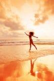 Danse dans les rayons de coucher du soleil Images stock