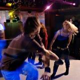 Danse dans une boîte de nuit Photographie stock libre de droits