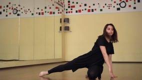 danse Danseur dans le mouvement Style de danse moderne La danse de fille dans le style contemporain formation Classe de danse clips vidéos