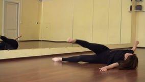 danse Danseur dans le mouvement Style de danse moderne La danse de fille dans le style contemporain formation Classe de danse banque de vidéos
