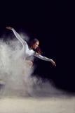 Danse de ballerine avec de la farine sur un fond noir photo libre de droits