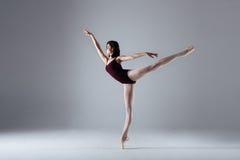 Danse de ballerine dans l'obscurité photographie stock libre de droits