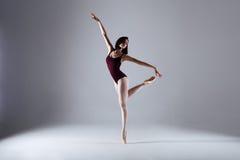 Danse de ballerine dans l'obscurité images stock
