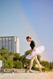 Danse de ballerine dans la rue images stock