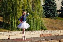 Danse de ballerine de hippie en parc d'automne Photos stock