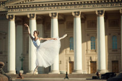 Danse de ballerine près de théâtre de Bolshoy à Moscou image stock