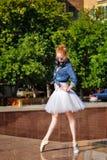 Danse de ballerine sur les rues images libres de droits