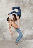 Danse de ballet de couples sur le fond de mur Image libre de droits