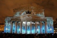 Danse de ballet sous la lumière de lune à la façade du théâtre de Bolshoi images stock