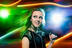 Danse de Clubber et regarder l'appareil-photo avec le sourire Images libres de droits
