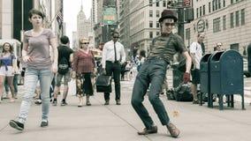 Danse de comique avec un yo-yo sur la rue image libre de droits