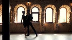 Danse de couples de ballet de mouvement lent dans le studio banque de vidéos