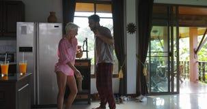 Danse de couples chez l'homme gai heureux et jeune de cuisine et le matin de femme en appartement moderne clips vidéos