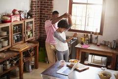 Danse de couples de métis dans la cuisine, vue élevée Photo stock