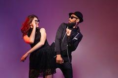 Danse de couples et amusement multi-ethniques de avoir Images stock