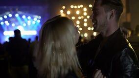 Danse de couples et concert de rock affectueux heureux de apprécier à la boîte de nuit, relaxation banque de vidéos