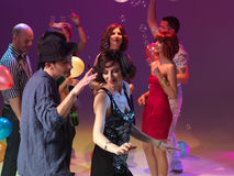 Danse de couples et partying, ainsi que l'ami Image stock