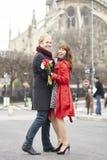 Danse de couples près de Notre Dame de Paris images stock