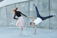 Danse de couples sur la rue de ville Photographie stock