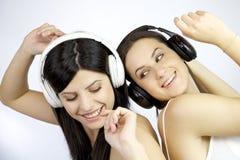 Danse de deux amies heureuse Image stock