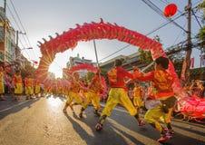 Danse de dragon au festival lunaire de nouvelle année de Tet, Vietnam Image stock