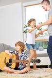 Danse de famille et guitare de jouer Images stock