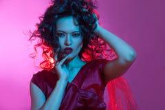 Danse de fatale de Femme, portrait dans le studio avec la couleur modifiante la tonalité, bleue et rouge lumineuse photos libres de droits