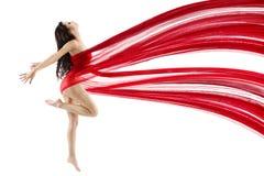 Danse de femme avec le tissu de ondulation de mousseline de soie de vol rouge photographie stock libre de droits