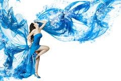 Danse de femme dans la robe de l'eau bleue image stock