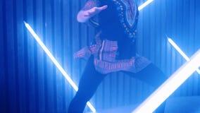 Danse de femme dans le mouvement lent Lumière de danse de femme nightlife banque de vidéos