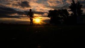 Danse de femme de sport de Yong au coucher du soleil sur la plage au ralenti clips vidéos