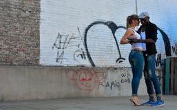Danse de femme et d'homme dans les rues au rue-festival à Gand, Belgique Images stock