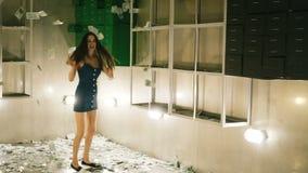 Danse de femme et rotation de beaucoup d'argent à la banque dans le mouvement lent clips vidéos