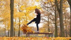 Danse de femme, sautant, feuilles jaunes d'érable de coup-de-pied banque de vidéos