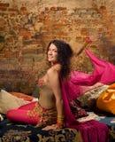 Danse de femme sur oreillers Photo stock