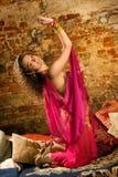 Danse de femme sur oreillers images libres de droits