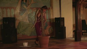 Danse de femmes avec un serpent 4K banque de vidéos