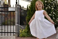 Danse de fille assez jeune en stationnement Images stock