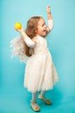 Danse de fille assez petite dans une robe blanche fine Images libres de droits